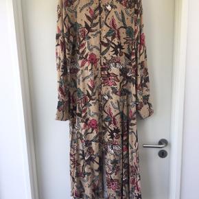 Fin sommerkjole med print og knapper foran. Er aldrig brugt, og sælges da dette var et fejlkøb