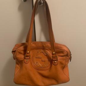 Ældre gucci taske sælges.  Har mange år på bagen og fremstår med slid. Se billederne.  Når det er sagt, så er det en fin taske til prisen. Jeg har været sindsyg glad for den! Har en lækker størrelse. Købt på her på trendsales, hvorfor kvitteringen ikke haves. Se serienummer.