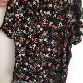 Tshirt med blomster i str S 😃