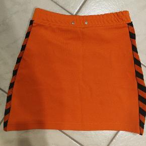 Hummel nederdel yderst retro ;D Small / Medium  Har en lille fejl i venstre side, se foto.  Dejlig sommer farve.   Rabat ved køb af mere..