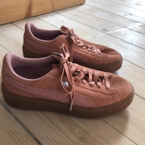 Flotte koral farvet sneakers fra Puma. Aldrig brugt, kun prøvet på indendørs.