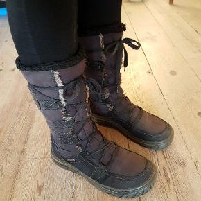 Skønne varme vinter støvler fra Tamaris i str. 37. Brugt i en enkelt sæson. Smid et bud og få varme fødder denne vinter 😊