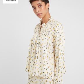 Helt ny smuk skjortebluse med de fineste blomster på. Er kun prøvet på. Ny pris er 1499,- køber betaler fragten. Se venligst mine andre annoncer🍀