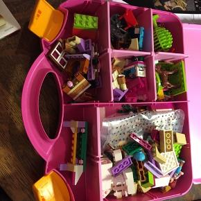 Lego juniors, lego friends, Mia's Farm Suitcase 10746. Kuffert med brugsanvisning. Kufferten indeholder også indholdet fra en kuffert mere, som jeg ikke kan huske navnet på og brugsanvisningen er blevet væk. Du får altså to kufferters indhold i én. Til gengæld kan jeg ikke garantere, at alle smådele er der. 125kr Kan hentes Kbh V eller sendes for 45kr