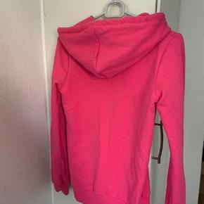Pink Hættetrøje fra Duck F i str. S. Vasket EN gang ej brugt, så fremstår som helt ny. Materiale r 100 % blød bomuld. Længde ca 64 cm Bredde fra ærmegab til ærmegab ca 44 cm Ærmer måler 63 cm fra skulder og ned.