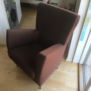 Lænestol fra Bolia.  Den er i brun uld blanding.   Tilførelse puff  Der er et lille hul foran på ene armlæn, der skal syes. Derfor den sælges så billigt