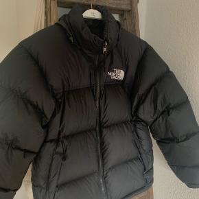 Rigtig lækker dun jakke fra The North Face. Jakken holder en varm på en kold vinterdag. Jakken fejler intet :)