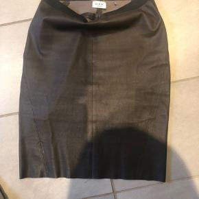 Så fin nederdel i det lækreste skind. Farven er mørkebrun og brugt en enkelt gang da den desværre er for stor