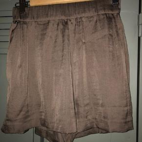#Secondchancesummer.  Fine shorts i blank brun / bronze look, løse. Fremstår uden særlige brugstegn eller slitage.