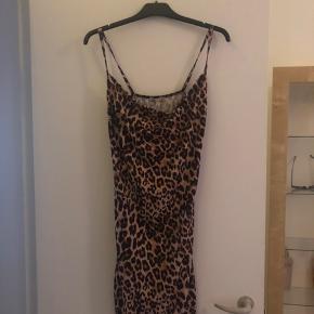 Sælger min rigtig fine leopard nelly trend kjole. Den er i modellen cowl neck. -Byyyd💕