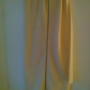 Offwhite halstørklæde med lynlås i den ene side. 100% uld Længde: ca 170 cm Bredde: ca 50 cm