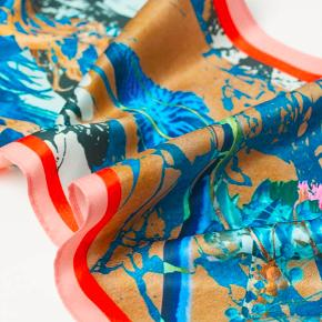 Annoncen er åben til d. 27 okt, da varen kan returneres · AW20 · Udsolgt · Rektangulært tørklæde i blødt satin med trykt mønster og let glans. Polyesteren i tørklædet er delvist genvundet · Mål: 220 x 18 cm · Sammensætning: Polyester 100% ·  Prisen er fast · Ingen bytte · Kun onlinehandel · Køb denne & vælg en gratis gave blandt annoncer til 25,- 🙂