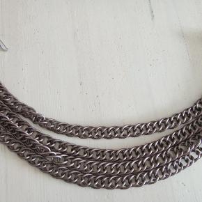 Flot og anderledes DK halskæde, 4-dobbelt, metal i smuk brun mat farve. 50 cm lang.