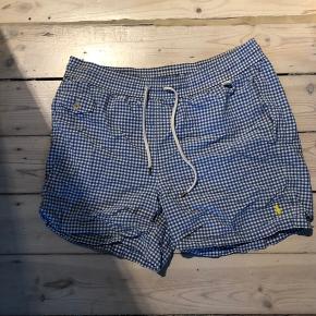 Blå/hvide ternede badeshorts fra Ralph Lauren, nypris 550. Har baglomme og to lommer foran.