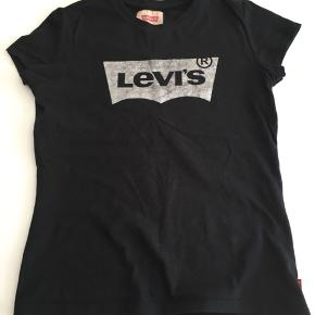 Figursyet sort t-shirt med sølvtryk.   Str. 12 år.   Fra dyre- og røgfrit hjem.