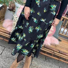 Smuk og simpel Sonja nederdel fra Resume. Nederdelen er mellemlang og i en løs A-facon. Den er opdelt i etager, der er med til at give den dybde og liv samt fylde. Udover dette har den et lækkert elastikbånd i taljen, som tilføjer komfort ved brug. Nederdelen er lavet i et let og behageligt materiale og med et flot print bestående af en mørk baggrund med små kontrastfarvede blomster. Nederdelen er en 36, men er stor i størrelsen så en 38/medium kan også passe den.  ❤︎ 100% bomuld ❤︎ Mål: Længde: ca. 70 cm  Talje vidde: 74 cm   Respekter venligst at jeg ikke bytter og køber betaler porto samt gebyr ved tspay.