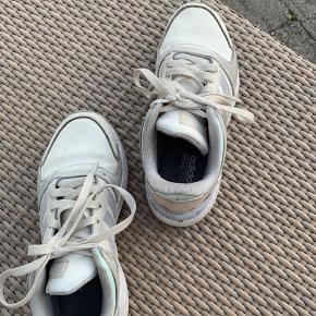 Beige/hvid Adidas sko, med farve