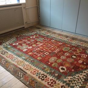 Kæmpe afgansk kelim i smukke støvede farver - tæppet har ikke haft ejere før os - købt fra nyt - perfekt stand - eneste mangel er et par manglende frynser ( se billede)  206X297  Afhentes på vesterbro