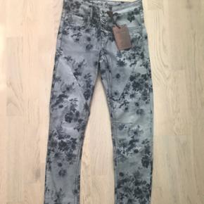 Jeans med blomster i grå - sorte nuancer.Super cool blomstrede bukser  Str 36 - Aldrig brugt Nypris 499,-