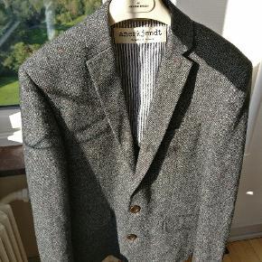 Flot blazer / jacket fra Anerkjendt model Cary. Farven er grå med et flot farvespil af forskellige nuancer vævet ind. Passer en L og en stor M kan også passe den Mp 400