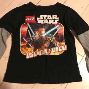 Star wars bluse med tryk. Det er en samlet bluse og ikke en T-shirt med en langærmet indenunder. Der er minimal smule farvetab på trykket, men det er stadig i rigtig fin stand.