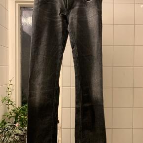 Diesel jeans med skind detalje i siden. Lidt slid nederst på ben bagpå ellers i rigtig fin stand.  Nypris 1200,-   Str. 30