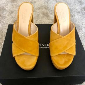 Super flotte spritnye højhælede sandaler med plateau og wauu effekt :) Lækreste kvalitet og pasform. Sælges billigt grundet en dårlig ryg er ikke må gå i høje sko :( Så de må videre til fest! Ny pris 1500. Kasse og skopose medfølger.
