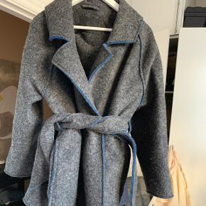 Stor i str.. Oversize. Flot detalje blå inde i ærmet.. Super flot næsten som ny uld frakke, med blå detaljer..👌🏼