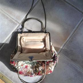 Brand: Husker ikke Varetype: Selskabstaske Størrelse: 23x28 Farve: Multi Oprindelig købspris: 395 kr.  Rigtig fin og festlig håndtaske . Den har indvendig lynlås lomme og foret er helt fint og uden pletter