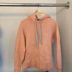 Acne peach hoodie   Sælger denne super lækre acne hoodie i en XS den fitter fra 156-168cm og vil vurdere den til en fin cond 7 da den er brugt og vasket en del men ikke har noget slid andet at brug  Vil gerne have 550kr