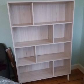 Rigtig fin IKEA 'VALJE' reol.  Farve: lyst lærketræ.  B: 100 D: 30 H: 150.  Oprindelig pris: 800,-  Sælges pga flytning og dermed mindre plads.  BYD!  Nypris: 899,-  Ca 1.5 år gammel - men vil sige den er i rigtig fin stand. Dog sidder en af dens plader i trykken lidt løs, men hvis man gider er det nemt at fikse med noget lim 😉 Leveres ikke