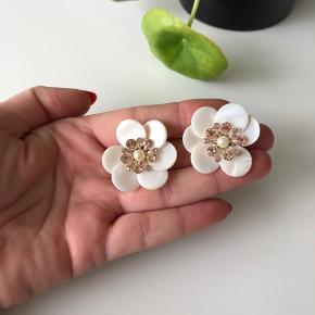Smukke øreringe formet som en blomst. Brugt én gang. Jeg sender gerne :-)