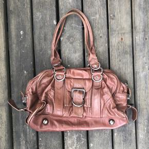 Brun lædertaske ca 40x20 cm. Passer godt sammen med støvle str. 37 i brun læder. Kan sælges samlet for 75kr