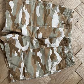 🧡shorts fra H&M med camouflage print 🧡brugt få gange, så ingen tegn på slid 🧡str. 36 - fitter en S 🧡skriv gerne for flere billeder eller andet info, eller brug 'køb nu' funktionen 🧡Np 100,- 🧡Mp 50,-  💜jeg er 162cm 💜bruger str S/M 💜røgfrit og pelsfrit hjem 💜bytter kun til egen fordel