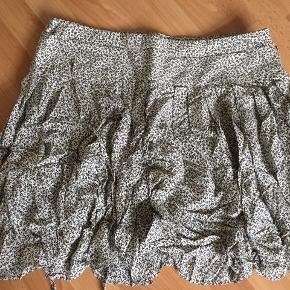 Helt ny nederdel i råhvid/sort med flotte detaljer.