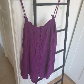 Top fra Gestuz i 100% silke.  Med knapper hele vejen ned foran.  Sælges for 35 kr. pp.  Sælges billigt, da den har ligget i en kælder og derfor lige skal en tur i vaskemaskine med noget der fjerner kælderlugten :)