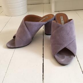 Fine høje sandaler fra Other Stories. Lyselila farve, perfekt om sommeren. Brugt en smule sidste sæson. Hælhøjde cirka 8cm