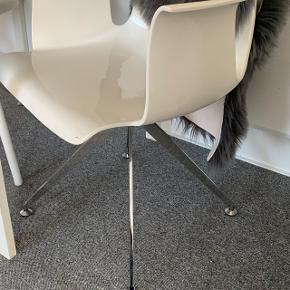 2 stk Bent Hansen drejestole i hvide.  De fremstår utrolig flot! BYD