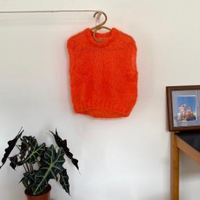 Hjemmestrikket vest i 70% mohair uld. Den er aldrig brugt og lige strikket færdig. Det er en størrelse M/L, men kan sagtens bruges oversize på en S. Jeg er selv M og står model på billederne.   Der er tabt få masker, men det er ikke noget man lægger mærke til. Send pb for flere billeder