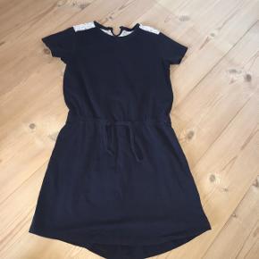 Rigtig fin kjole fra Name it.  Tjek også mine andre annoncer.