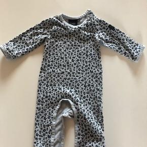 Super fin leopard heldragt, som stadig er lækker blød i stoffet. Ingen huller eller pletter. Kun vasket i neutral vaskemiddel. Brugt ganske lidt, så standen er fin.