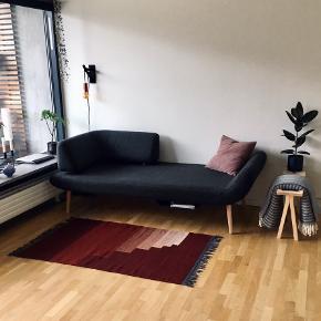 Smukt tæppe fra &Tradition. Måler cirka 90x160 (inkl. frynser).  Tæppet er meget velholdt og har nogle særdeles smukke farver. Kan vendes - der er billeder af begge sider.  Ligger helt plant på gulvet når man bruger et tæppeunderlag 😊