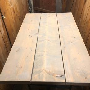 Flot og velholdt plankebord sælges grundet køb af nyt bord. Mål: 120 langt, 74 cm bredt. Perfekt til den lille københavner lejlighed. Ben følger med.