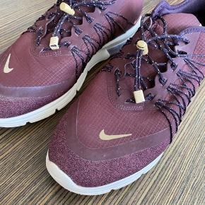 Flot Nike sneaker i en lækker bordeaux farve. Skoen har kun har været brugt 1-2 gange. UK 7/US 9.5/26,5 cm.