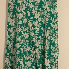 Zara kjole maxi/et stykke over gulvet.  Kjolen har A form. Har halvt åben ryg, bindes på rygges til en sløjfe.