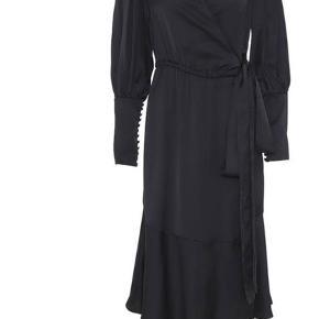 Sælger denne smukke kjole da jeg er gravid og ikke kan passe den. Str er en 34 som svare til en XS. Den kan bindes rundt så en S kan sagtens også passe den.  Har brugt den 2 gange og vasket en enkel. Den fremstår helt som ny uden brugsspor 🌸