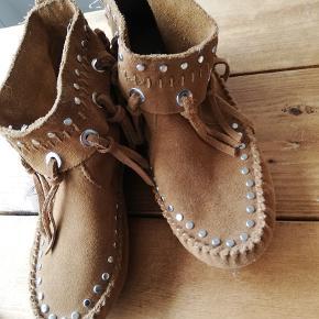 Støvler, str. 35, natur skind, Ubrugt  Super fed støvle i ægte skind, - brugt en enkelt gang, - desværre købt for små