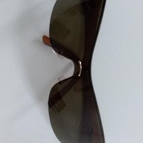 """Som ny. Uden ridser.  Selve """"brillen"""" måler 18 cm Brillestangen måler 2 x 10.5 cm   GRATIS DAO VIA TS I UGE 42  Nypris 2485 kr. NEDSAT"""