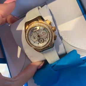 Sælger dette smukke ur fra technomarine fyldt med diamanter i kransen.. det har lige fået skiftet batteri .  Nypris 29000