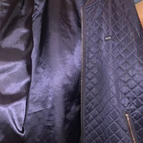 Enkelt skade ved hånden inden i jakken, kan nemt syes og kan ikke ses når man har den på.  Dejlig varm og mega flot jakke der desværre er blevet for stor :)